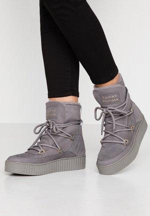 COSY BOOTIE - Winter boots - grey