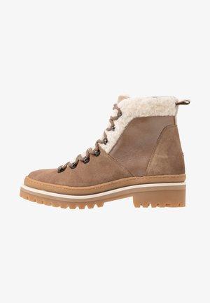 COSY OUTDOOR BOOTIE - Kotníková obuv - brown