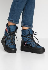 Tommy Hilfiger - CITY VOYAGER SNOW BOOT - Snowboot/Winterstiefel - desert sky - 0