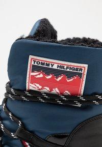 Tommy Hilfiger - CITY VOYAGER SNOW BOOT - Bottes de neige - desert sky - 2