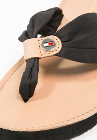Tommy Hilfiger - LEATHER FOOTBED BEACH SANDAL - Infradito - black - 6