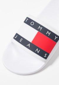 Tommy Jeans - FLAG SLIDE - Rantasandaalit - white - 6