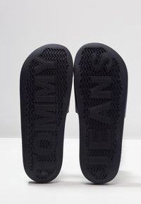 Tommy Jeans - FLAG SLIDE - Sandály do bazénu - blue - 5