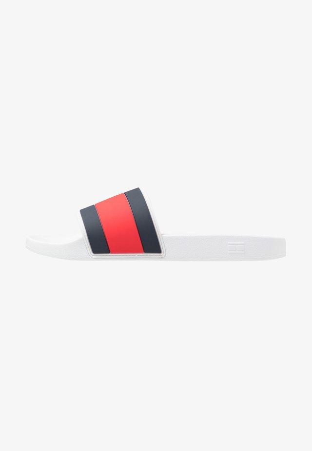 ESSENTIAL FLAG POOL SLIDE - Sandalias planas - white