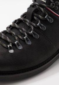 Tommy Hilfiger - Šněrovací kotníkové boty - black - 5