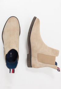 Tommy Hilfiger - TOMMY X MERCEDES-BENZ CHELSEA BOOT - Classic ankle boots - beige - 1