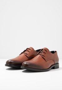 Tommy Hilfiger - CORE LACE UP SHOE - Elegantní šněrovací boty - brown - 2