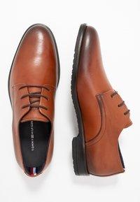 Tommy Hilfiger - CORE LACE UP SHOE - Elegantní šněrovací boty - brown - 1