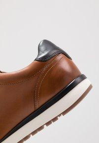 Tommy Hilfiger - PREMIUM RUNNER - Chaussures à lacets - brown - 5