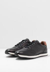 Tommy Hilfiger - PREMIUM RUNNER - Zapatos con cordones - black - 2