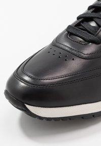 Tommy Hilfiger - PREMIUM RUNNER - Zapatos con cordones - black - 5