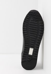 Tommy Hilfiger - PREMIUM RUNNER - Zapatos con cordones - black - 4