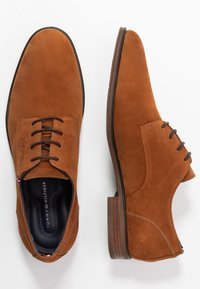 Tommy Hilfiger - TOMMY X MERCEDES-BENZ CASUAL LACE SHOE - Lace-ups - brown - 1