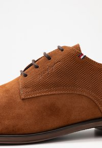 Tommy Hilfiger - TOMMY X MERCEDES-BENZ CASUAL LACE SHOE - Lace-ups - brown - 5