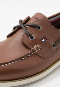 Tommy Hilfiger - CLASSIC BOATSHOE - Boat shoes - brown - 5