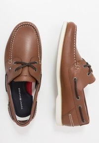 Tommy Hilfiger - CLASSIC BOATSHOE - Boat shoes - brown - 1