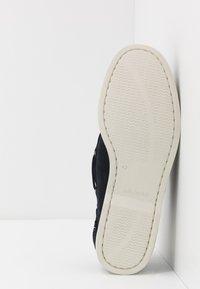 Tommy Hilfiger - CLASSIC - Chaussures bateau - blue - 4