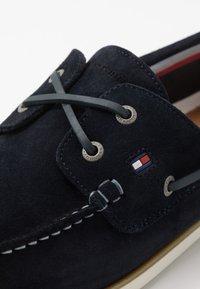 Tommy Hilfiger - CLASSIC - Chaussures bateau - blue - 5