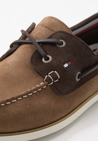 Tommy Hilfiger - CLASSIC - Chaussures bateau - brown - 5