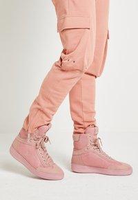 Tommy Hilfiger - LEWIS HAMILTON MODERN HIGH TOP SNEAKER - Baskets montantes - pink - 0
