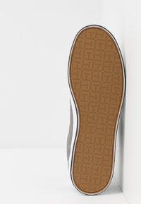 Tommy Hilfiger - ESSENTIAL FLAG DETAIL - Sneaker low - light grey - 4