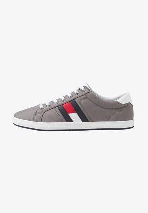 ESSENTIAL FLAG DETAIL - Sneakers basse - light grey