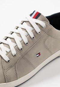 Tommy Hilfiger - ICONIC LONG LACE - Sneakersy niskie - beige - 5