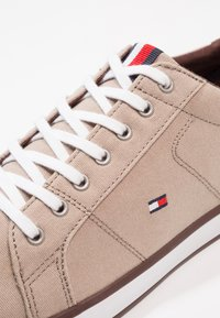 Tommy Hilfiger - ICONIC LONG LACE - Sneakersy niskie - cobblestone - 5