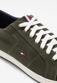 Tommy Hilfiger - ICONIC LONG LACE - Sneakersy niskie - khaki - 5