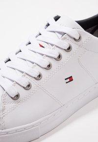 Tommy Hilfiger - ESSENTIAL - Sneakersy niskie - white - 5