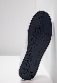 Tommy Hilfiger - ESSENTIAL - Sneakersy niskie - white - 4