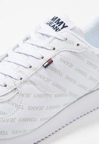 Tommy Jeans - PRINT CITY - Matalavartiset tennarit - white - 6