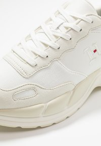 Tommy Hilfiger - LEWIS HAMILTON CHUNKY  - Sneakers laag - white - 5