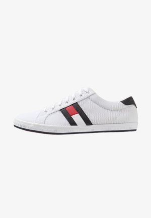 ESSENTIAL FLAG DETAIL  - Sneakers - white