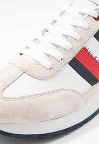 Tommy Hilfiger - CORPORATE FLAG RUNNER - Sneakersy niskie - white - 5