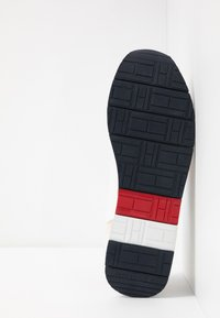 Tommy Hilfiger - CORPORATE FLAG RUNNER - Sneakersy niskie - white - 4