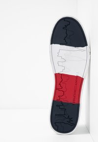 Tommy Hilfiger - FLAG DETAIL - Matalavartiset tennarit - white - 4