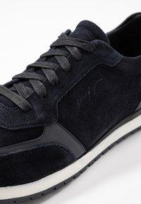 Tommy Hilfiger - PREMIUM RUNNER - Sneakers - blue - 5