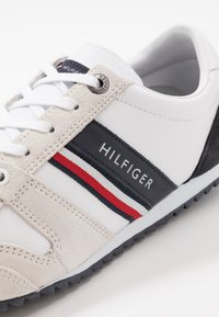 Tommy Hilfiger - ESSENTIAL RUNNER - Sneakers basse - red/white/black - 5