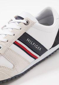 Tommy Hilfiger - ESSENTIAL RUNNER - Matalavartiset tennarit - red/white/black - 5