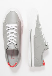 Tommy Hilfiger - CORE CORPORATE FLAG  - Trainers - grey - 1