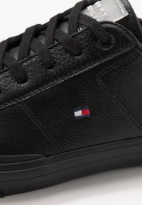 Tommy Hilfiger - CORE CORPORATE FLAG  - Sneakersy niskie - black - 5