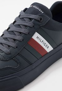 Tommy Hilfiger - CORE CORPORATE MODERN - Sneakersy niskie - blue - 5