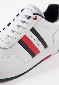 Tommy Hilfiger - CORPORATE FLAG RUNNER - Sneakers - white - 5