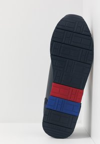 Tommy Hilfiger - CORPORATE FLAG RUNNER - Sneakersy niskie - blue - 4