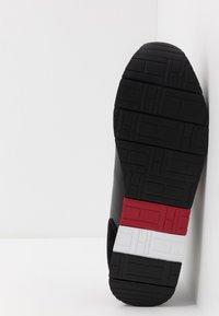Tommy Hilfiger - CORPORATE FLAG RUNNER - Sneakers - black - 4