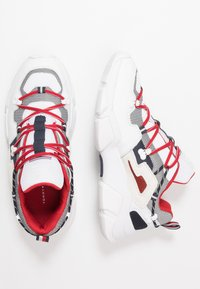 Tommy Hilfiger - CITY VOYAGER CHUNKY - Sneakers basse - white - 1