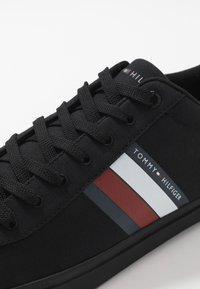 Tommy Hilfiger - ESSENTIAL STRIPES DETAIL - Sneakers basse - black - 5