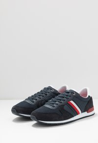 Tommy Hilfiger - ICONIC RUNNER - Sneakersy niskie - blue - 2