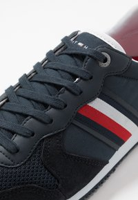 Tommy Hilfiger - ICONIC RUNNER - Sneakersy niskie - blue - 5